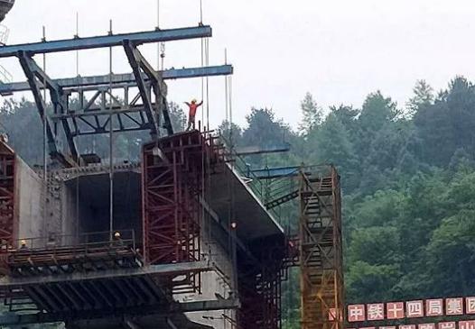 黔張常鐵路麻陽錦江特大橋混凝土澆築施工